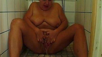 BBW in glasses pissing in shower